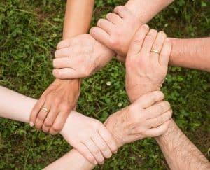 Mains accrochées les unes aux autres formant un cercle